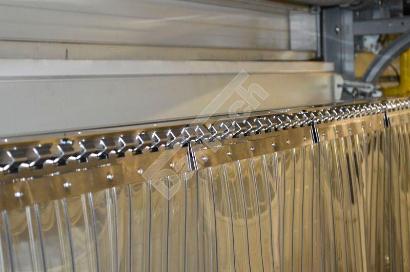Aufhängung von geripptem PVC Streifenvorhang